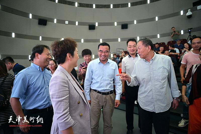 蒋子龙先生与马波、梁春早、王会臣等在活动现场交流。