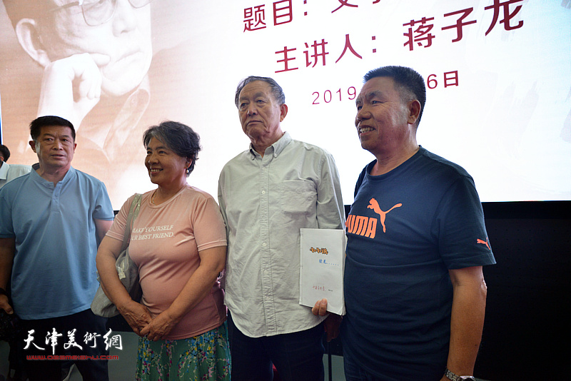 蒋子龙先生与热心读者在活动现场。