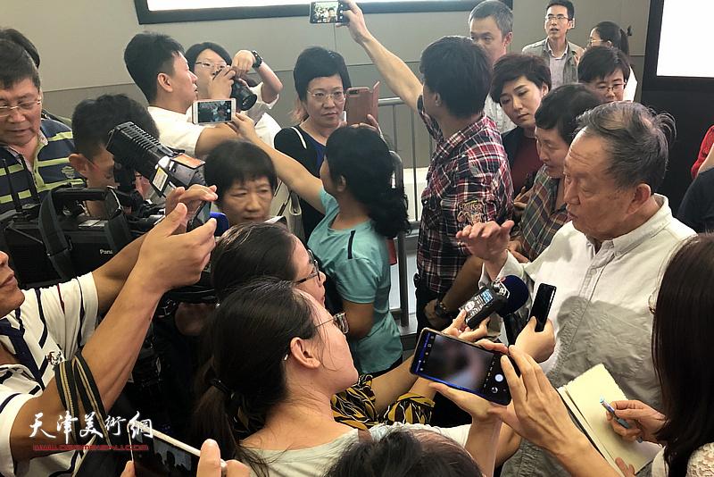 蒋子龙先生在活动现场与媒体记者交流。