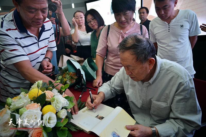 蒋子龙先生在活动现场为读者签名留念。