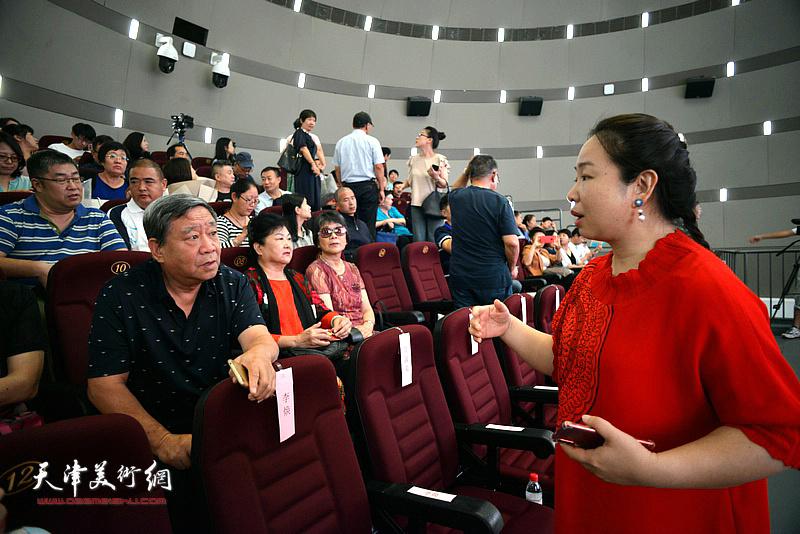 蒋子龙文学馆馆长孙娟女士在活动现场与读者交流。