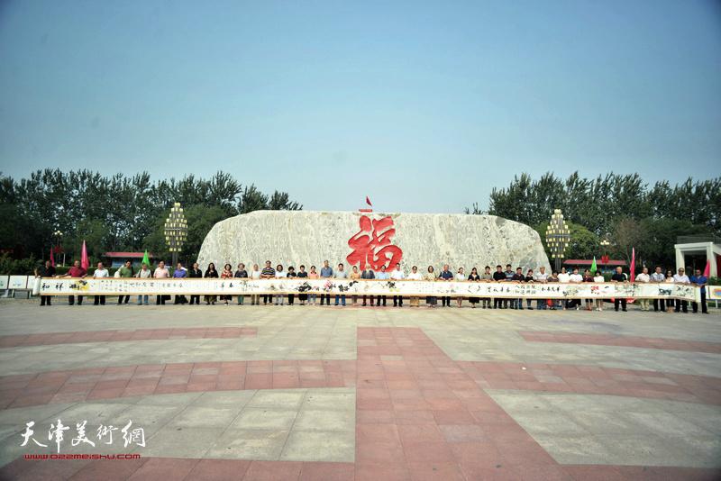 津门书画家与邓店十月书画院的画家们展示创作的书画长卷。