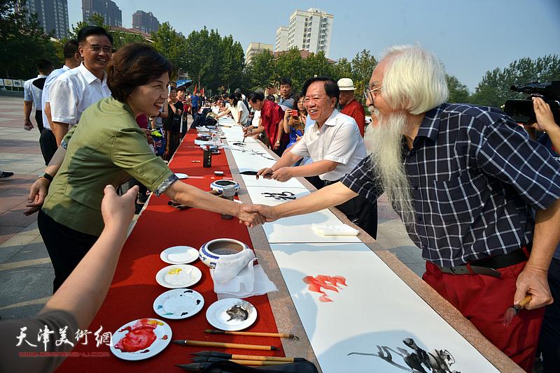 区、街有关来到在书画长卷创作现场与书画家见面交流。