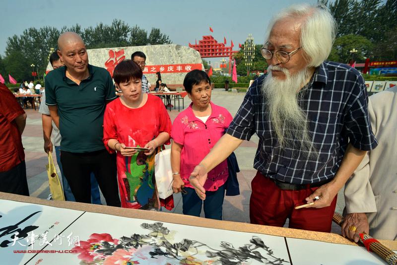 李庆增在书画长卷创作现场。