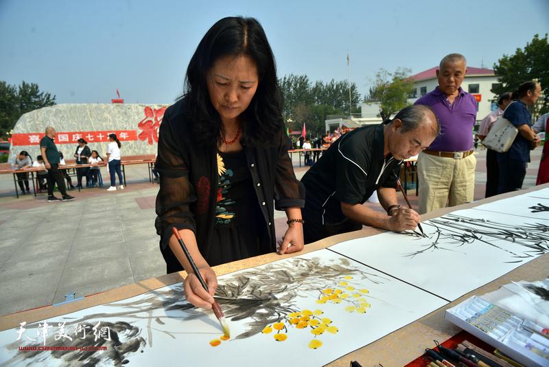 杨秀英、王少玉在书画长卷创作现场。