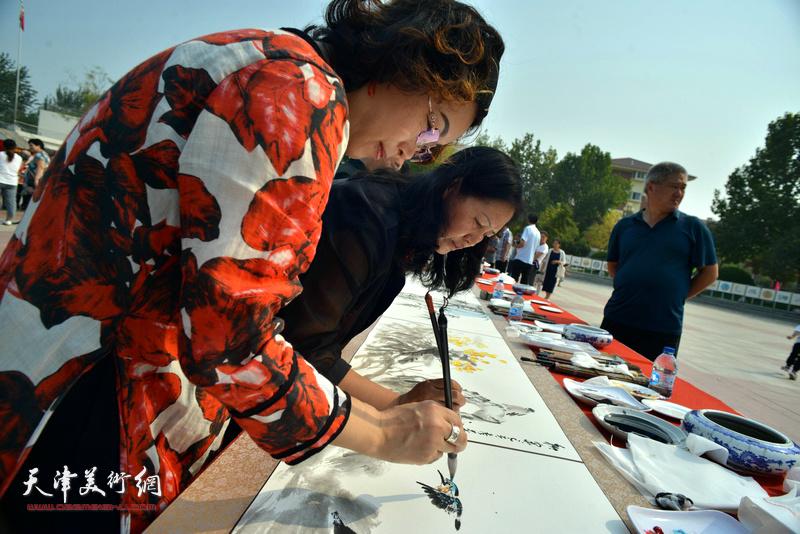 杨秀英、聂瑞辰在书画长卷创作现场。