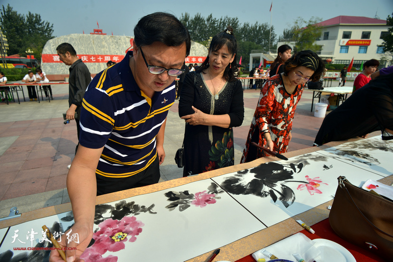 刘千友在书画长卷创作现场。