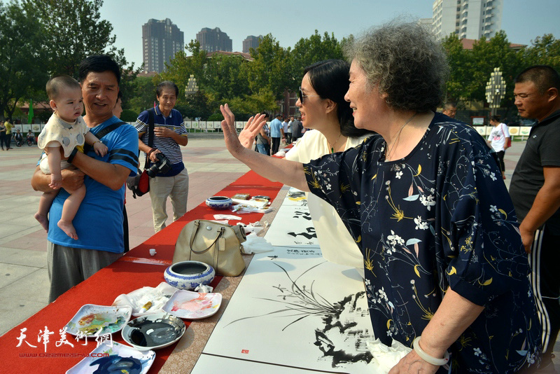 刘秀芝、李展燕在书画长卷创作现场。