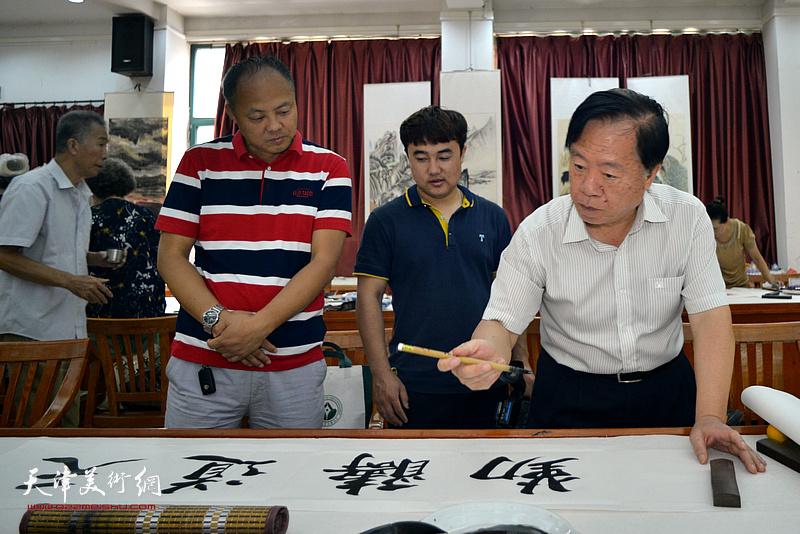 王润昌在十月书画院笔会交流活动现场。