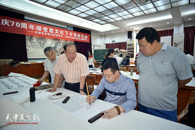 邢纪庆、郝金宝、陈子满、张善继在十月书画院笔会交流活动现场。