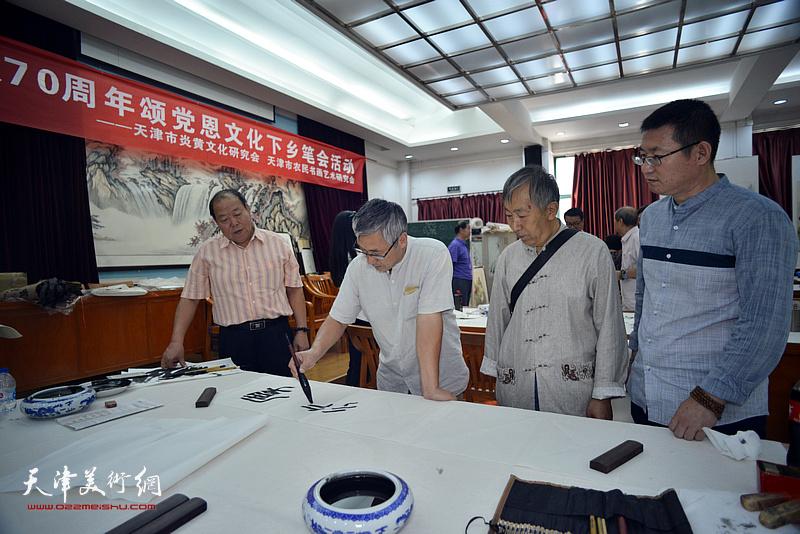 邢纪庆、郝金宝、陈子满、李同在十月书画院笔会交流活动现场。