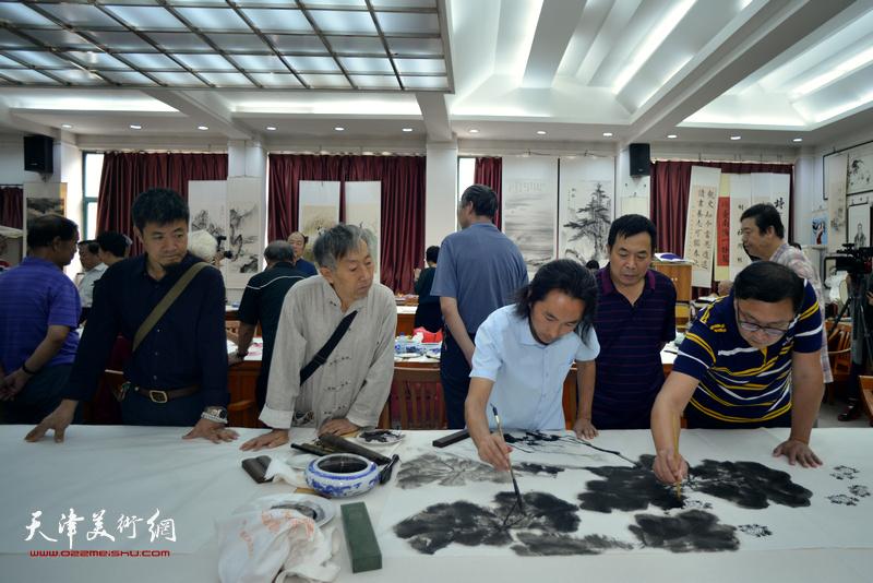 安士胜、刘千友、李同、韩旭、李建新在十月书画院笔会交流活动现场。