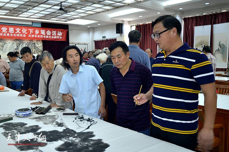 李同、安士胜、刘千友、韩旭、李建新在十月书画院笔会交流活动现场。