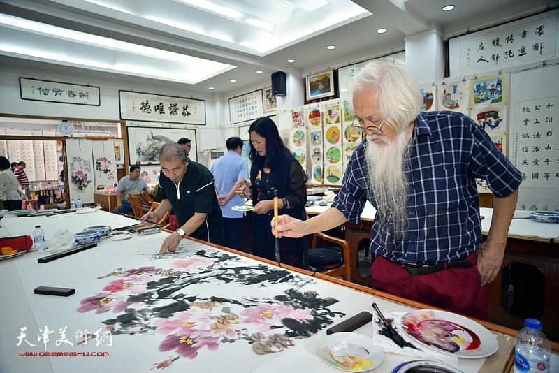 李庆增、王少玉、杨秀英在十月书画院笔会交流活动现场。