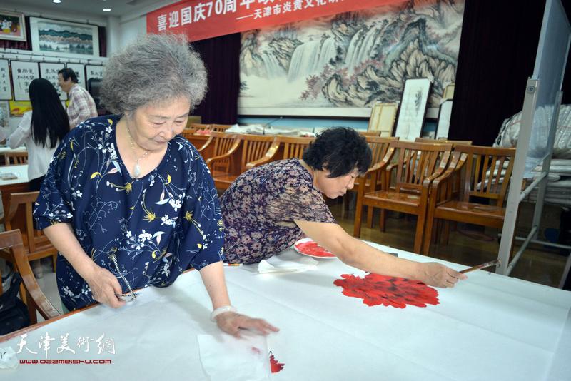 刘秀芝、李永琴在十月书画院笔会交流活动现场。