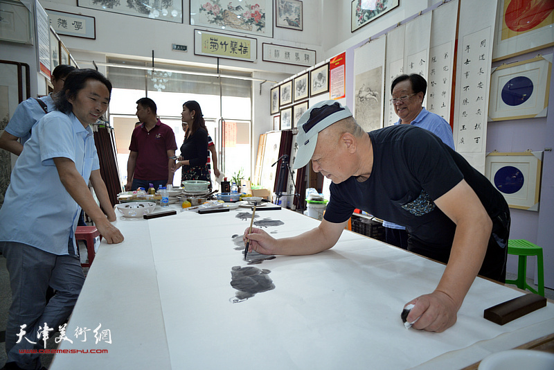 丁玉来、王炳柏、安士胜在十月书画院笔会交流活动现场。