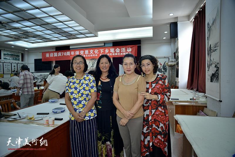 左起:肖英隽、杨秀英、张静、聂瑞辰在十月书画院笔会交流活动现场。