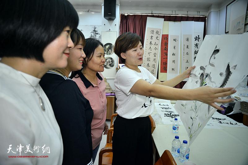 十月书画院的学院们在笔会交流活动现场。