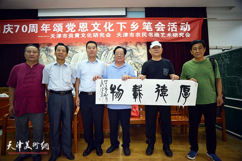 左起:陈子文、黄克敬、陈子有、丁玉来、王炳柏、张树清在笔会交流活动现场。