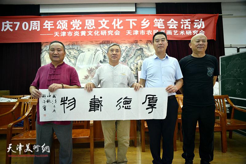 左起:陈子文、郝金宝、陈子有、王炳柏在笔会交流活动现场。