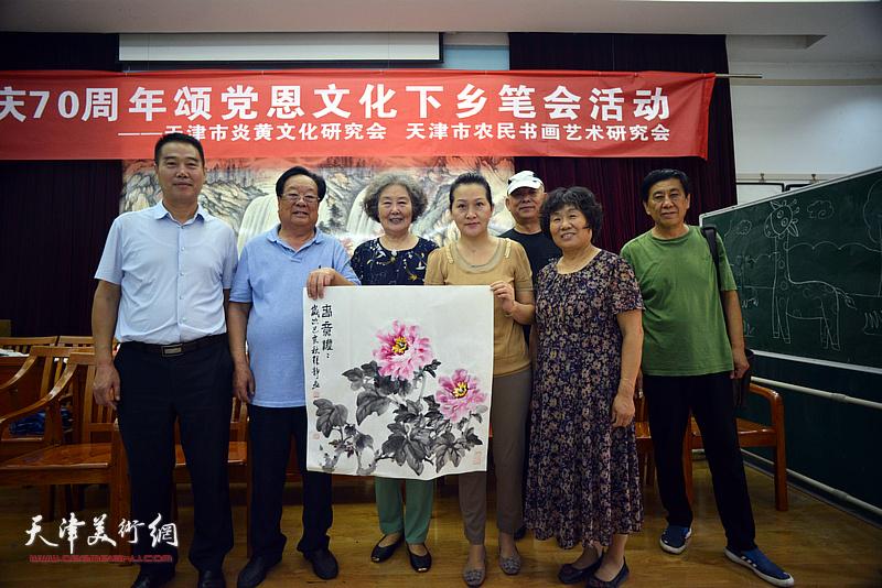 左起:陈子有、丁玉来、刘秀芝、张静、王炳柏、李永琴、张树清在笔会交流活动现场。