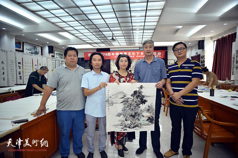 左起:张善继、安士胜、聂瑞辰、孙希印、刘千友在笔会交流活动现场。