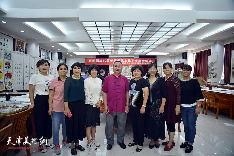 十月书画院院长陈子文与画院学员在笔会交流活动现场。