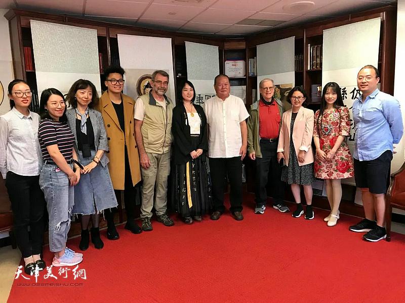 艺术家马孟杰、马丽亚父女9月27日应邀走进美国佩斯大学孔子学院举办讲学展览。