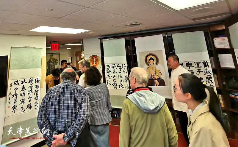 艺术家马孟杰在美国佩斯大学孔院展览上介绍作品。