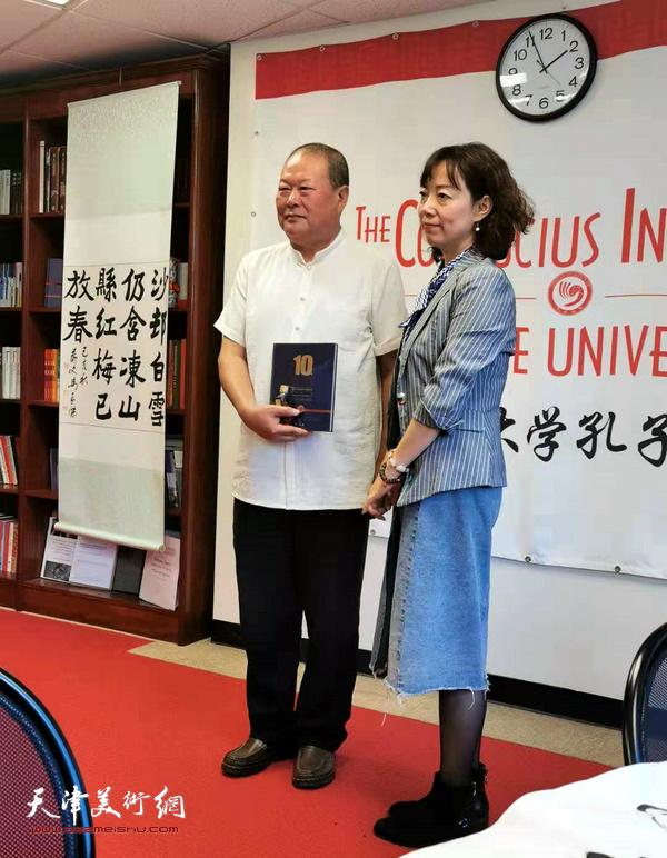 佩斯大学孔子学院院长邵姗向马孟杰颁发荣誉证书。