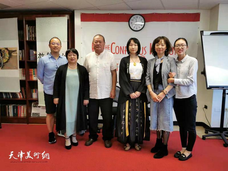 艺术家马孟杰、马丽亚以及抱月斋书画工作室主任孙秀霞与来宾在展览现场。