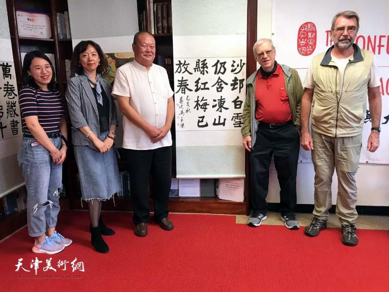 艺术家马孟杰与来宾在展览现场。