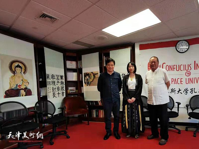 艺术家马孟杰、马丽亚与来宾在展览现场。