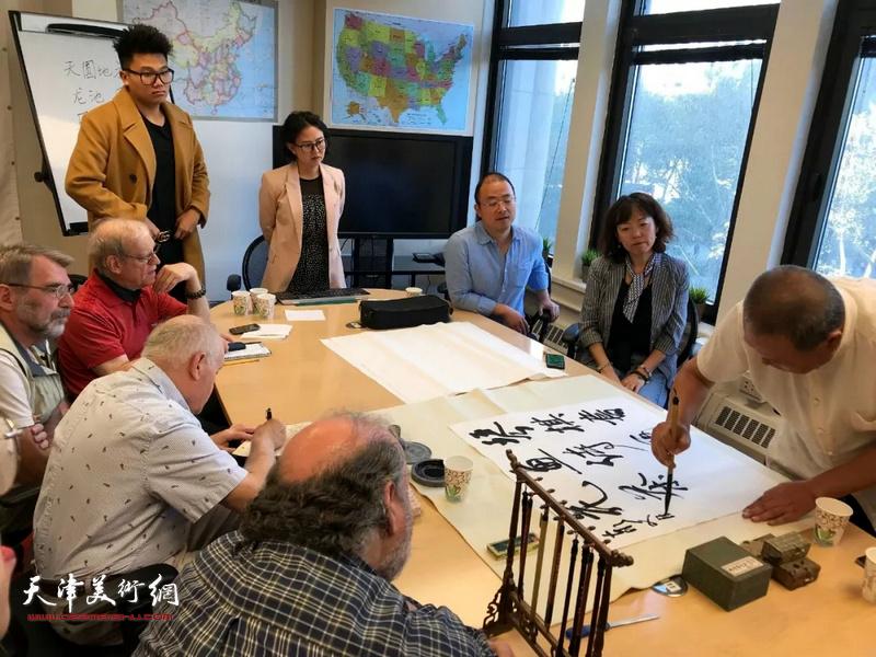 艺术家马孟杰在美国佩斯大学孔院举办的讲学上演示中国书法艺术。