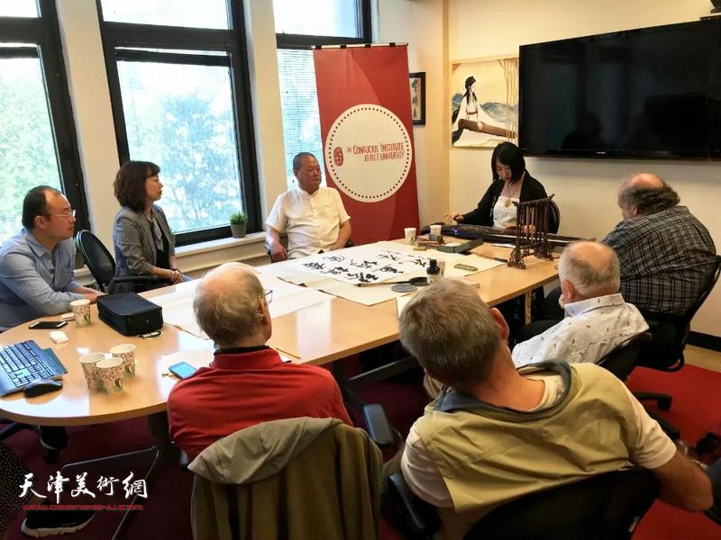 艺术家马丽亚在佩斯大学孔子学院举办古琴讲座上演奏。