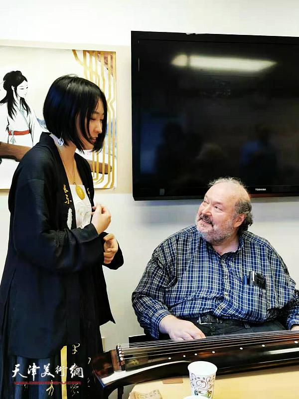 艺术家马丽亚向现场师生们介绍古琴艺术。