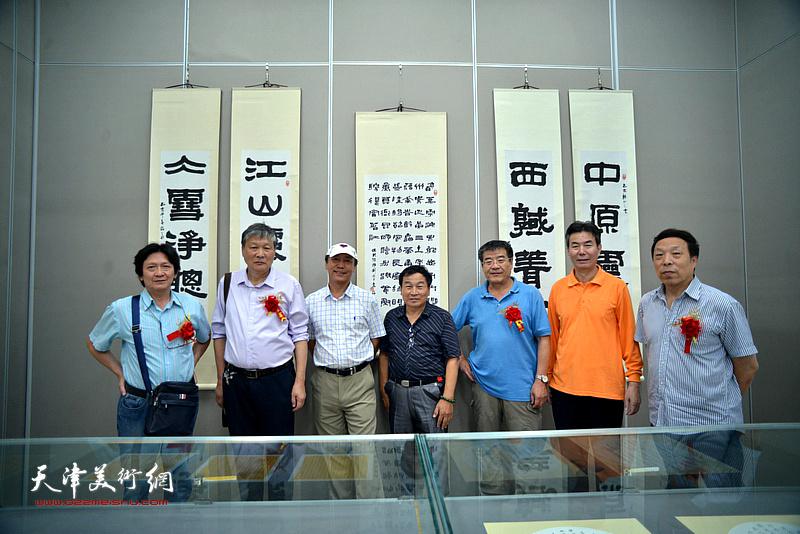 张福义、康国林与嘉宾曾昭国、华刚年、刘道安等在展览现场。