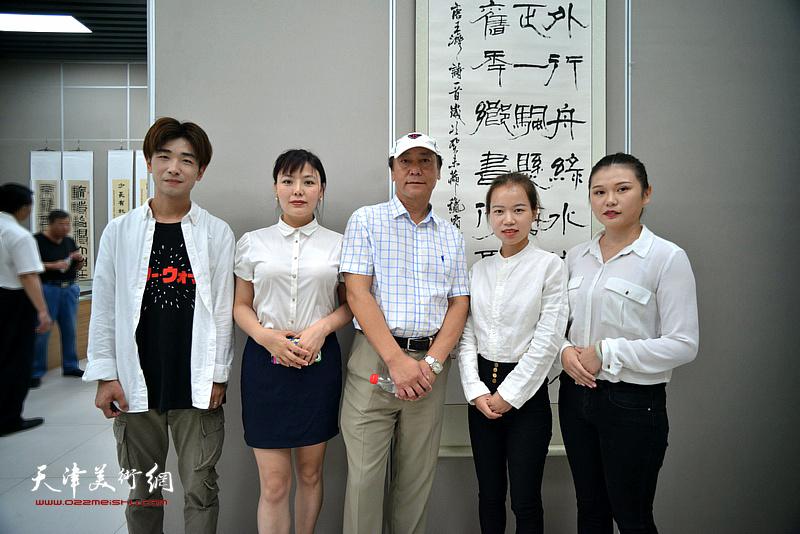 张福义与大观美术馆工作人员在展览现场。