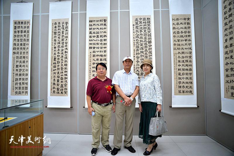 张福义与韩永盛等在展览现场。