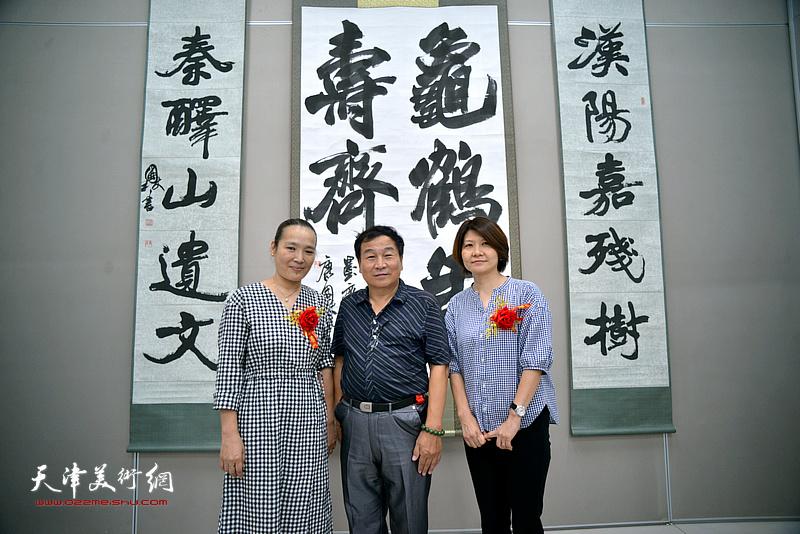 康国林、杨葵、李群在展览现场。