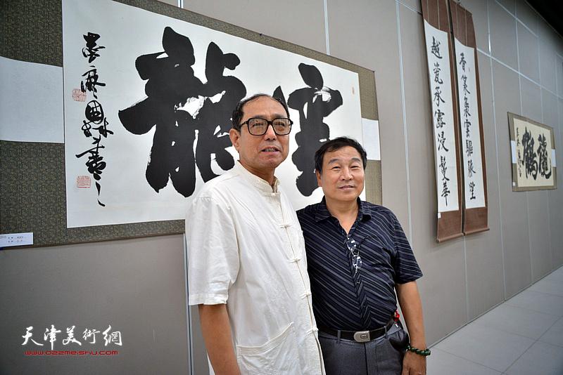 康国林、爱新觉罗·云斋在展览现场。