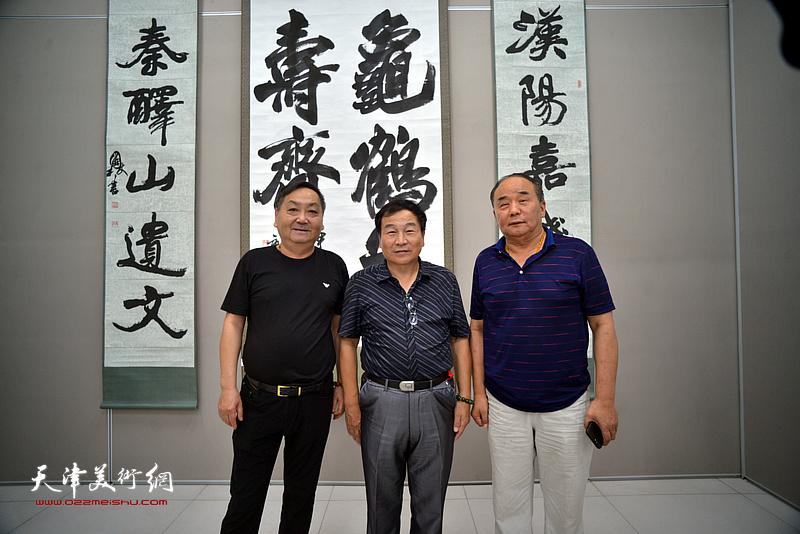 张福义、李建华在展览现场。