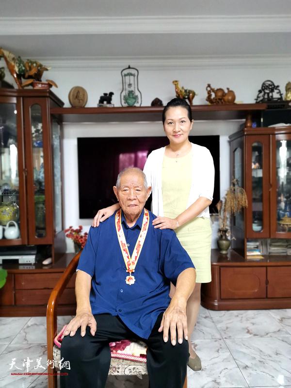 """张锡武先生与""""牡丹张""""第三代传人、女儿张静。"""