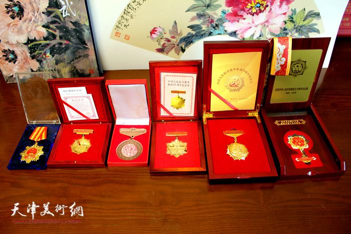 张锡武先生荣获的国家级、省市级纪念章。