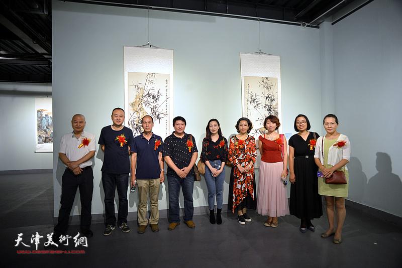 左起:张立、柴博森、张玉忠、主云龙、主峰、聂瑞辰、井溶、肖英隽、张静在展览现场。