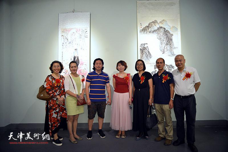 左起:聂瑞辰、张静、梁健、井溶、肖英隽、张玉忠、张立在展览现场。