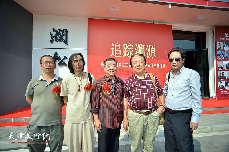 左起:田罡、卢津艺、李大为、纪荣耀、杨永茂在展览现场。