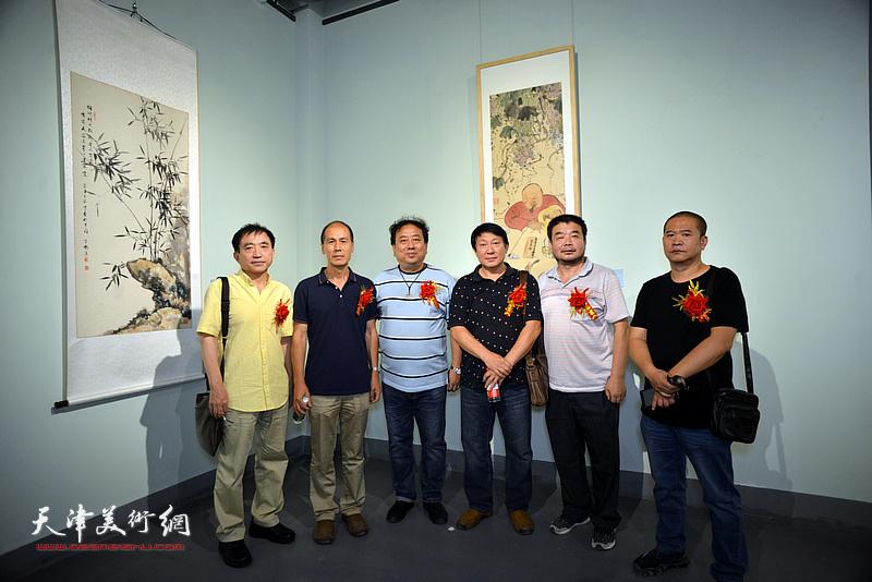 左起:王文元、张玉忠、高建章、主云龙、田军、宋世凯在展览现场