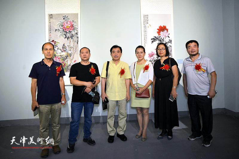 左起:张玉忠、宋世凯、王文元、张静、肖英隽、田军在展览现场