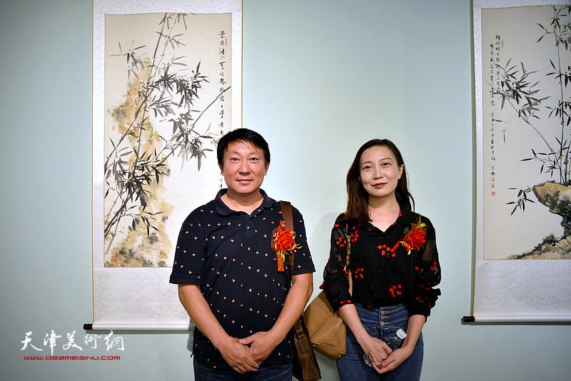 张静、田军在润松美术馆。